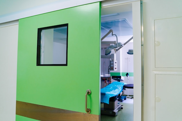 Zamknięte drzwi w sali operacyjnej. nowoczesna klinika chirurgiczna
