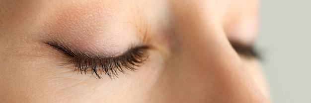 Zamknięte oczy piękna czerwona z włosami kobieta w ranku światła słonecznego zakończeniu
