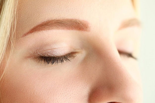 Zamknięte oczy pięknej blondynki kobiety w ranku świetle słonecznym
