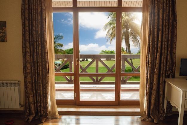Zamknięte okno i piękny obraz na zewnątrz, widok na przyrodę, kurort i odpoczynek.