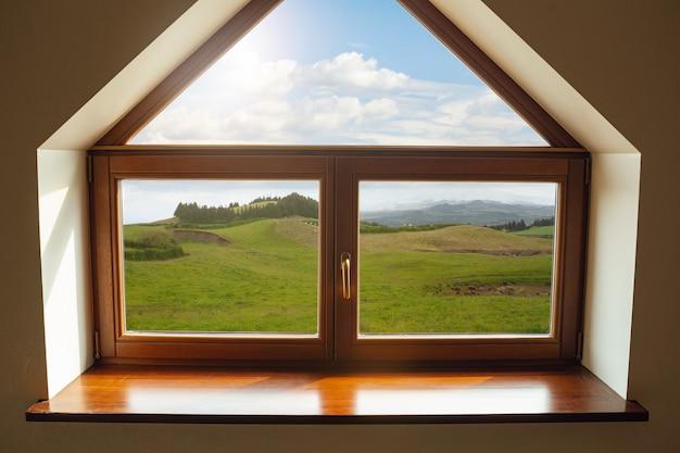 Zamknięte okno i piękny obraz poza kurortem z widokiem na przyrodę i odpoczynkiem