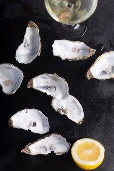 Zamknięte ostrygi na czarnej tablicy. zdrowe owoce morza
