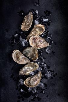 Zamknięte ostrygi na czarnym tle. zdrowe owoce morza