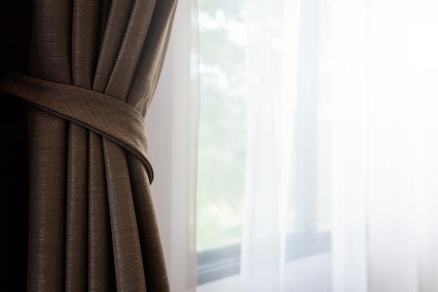 Zamknięte piękne zasłony w dzień światło przytulny pokój do domu