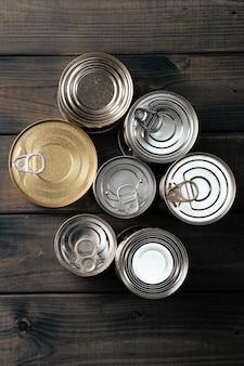 Zamknięte puszki z żywnością w ciemności