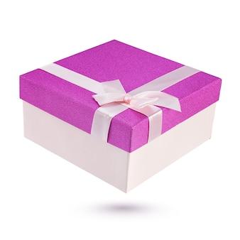 Zamknięte różowe i fioletowe pudełko na prezent na białym tle