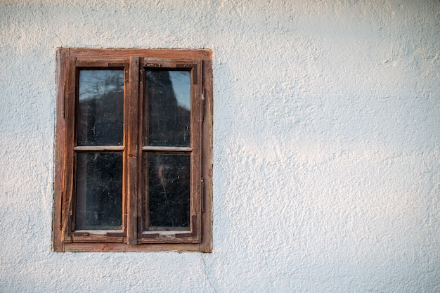 Zamknięte stare drewniane okno