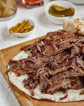Zamknięty jagnięcy kebabu mięso podany z flatbread