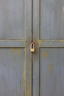 Zamknięty klucz zamknięty przy metalowymi drzwiami.