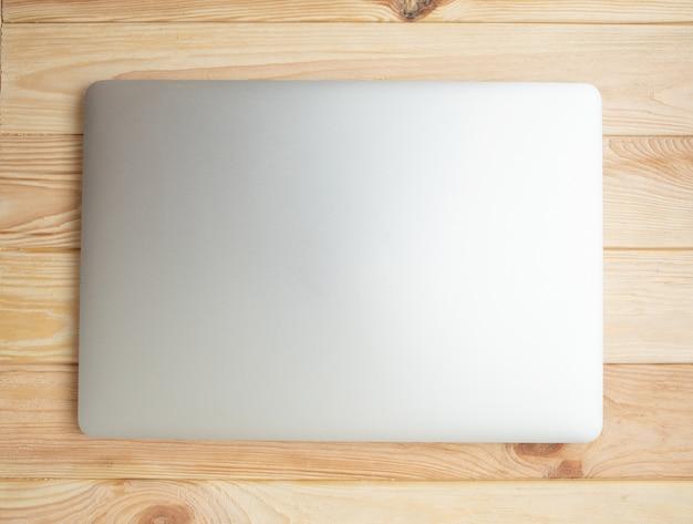 Zamknięty laptop na drewnianym tle