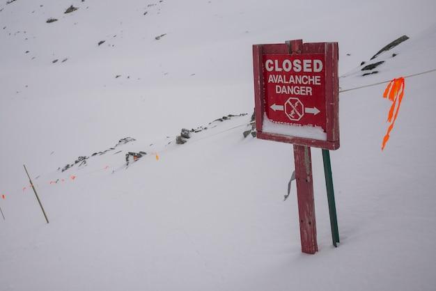 Zamknięty lawina niebezpieczeństwa znak na skłonie, kanada
