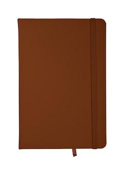 Zamknięty notebook z brązową skórzaną okładką na białym tle