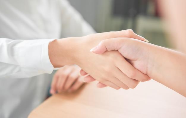 Zamknięty partnerstwo uścisk dłoni pomyślny po negocjować biznes