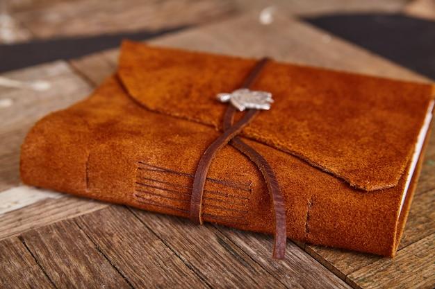 Zamknięty skórzany dziennik na drewnie