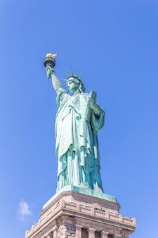 Zamknięty widok statua wolności nad niebieskim niebem