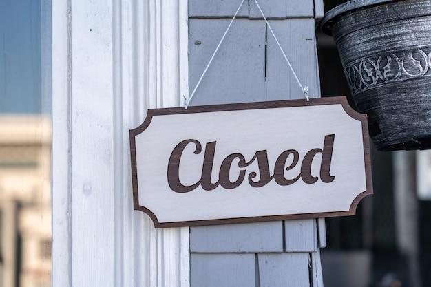 Zamknięty wiszący drzwi podpisuje wewnątrz sklep
