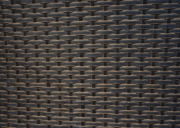 Zamknięty z brązowego rattanu z wikliny teksturowanej