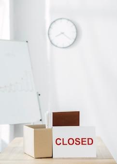 Zamknięty znak i układ skrzynek