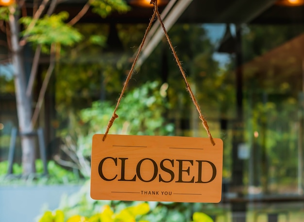 Zamknięty znak na drzwiach wejściowych do kawiarni, restauracji lub sklepu biurowego jest zamknięty z powodu pandemii koronawirusa covid-19