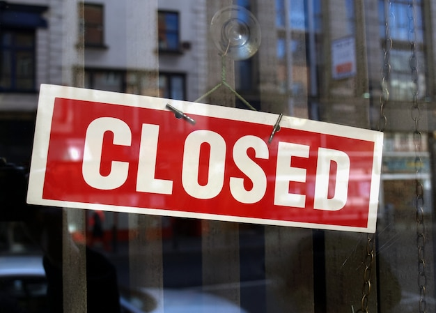 Zamknięty znak w oknie sklepu