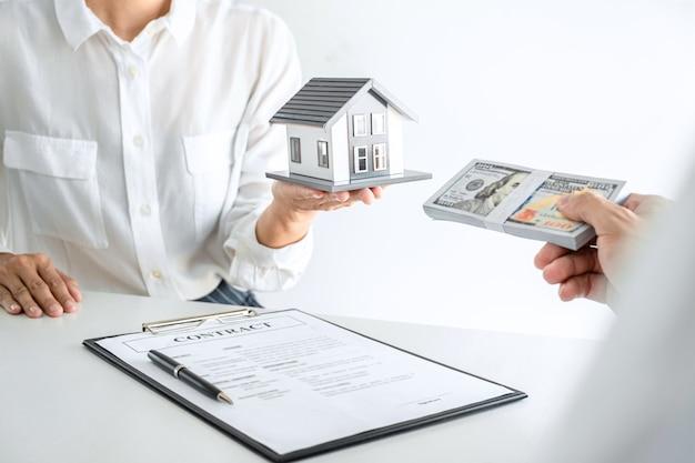 Zamknij agenta nieruchomości przedstawiającego umowę klientowi
