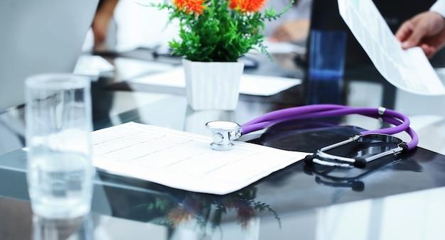 Zamknij biurko terapeuty up.doctor. pojęcie zdrowia i opieki zdrowotnej