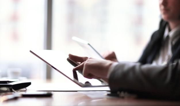 Zamknij.biznesmen klika na ekranie cyfrowego tabletu
