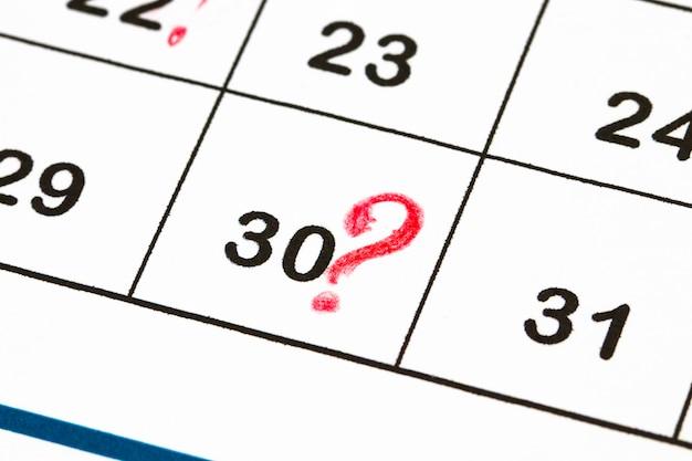 Zamknij datę 30 z czerwonymi kółkami w kalendarzu (koniec miesiąca).