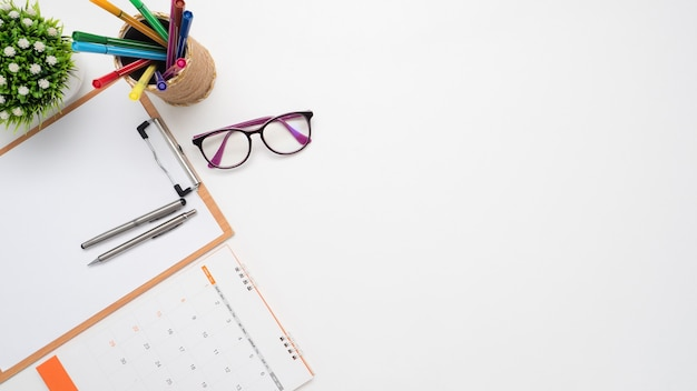 Zamknij długopis na dokument poard i okulary kalendarz widok z góry miejsce na kopię
