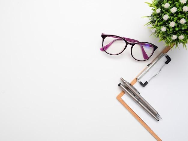 Zamknij długopis na poard dokumentu i okulary widok z góry miejsca kopiowania