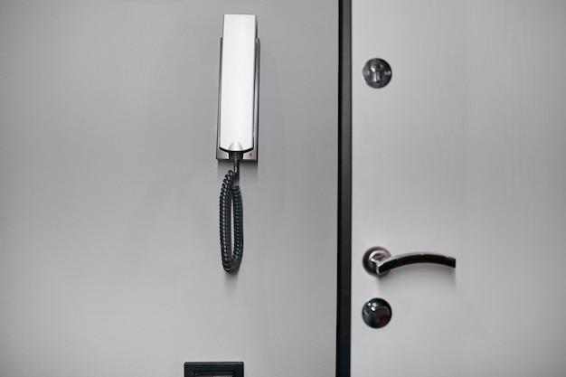 Zamknij domofon na ścianie w mieszkaniu