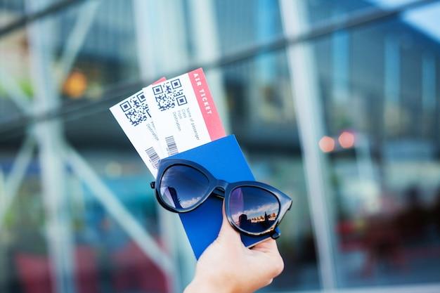 Zamknij dwa bilety lotnicze w paszporcie zagranicznym w pobliżu lotniska