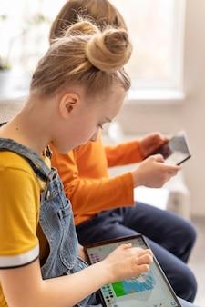 Zamknij dzieci uczące się z urządzeniami
