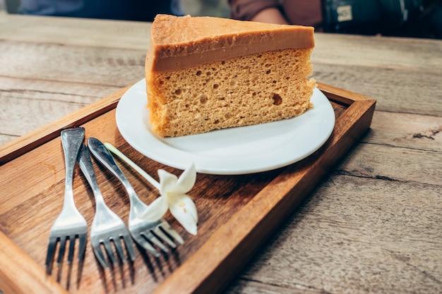Zamknij kawę ciasto na drewnianym stole tle
