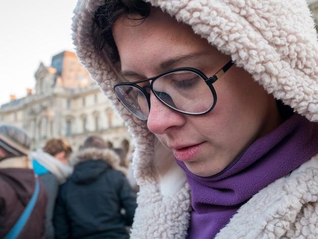 Zamknij kobiety w okularach na sezon zimowy.