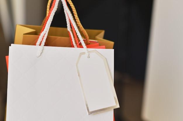 Zamknij kolorowe papierowe torby na zakupy