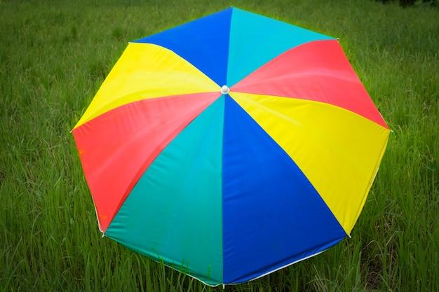 Zamknij kolorowy parasol umieszczony na polach ryżowych siewu