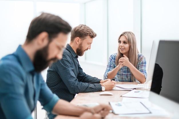 Zamknij kreatywny zespół pracowników pracujących w biurze, ludzie i technologia