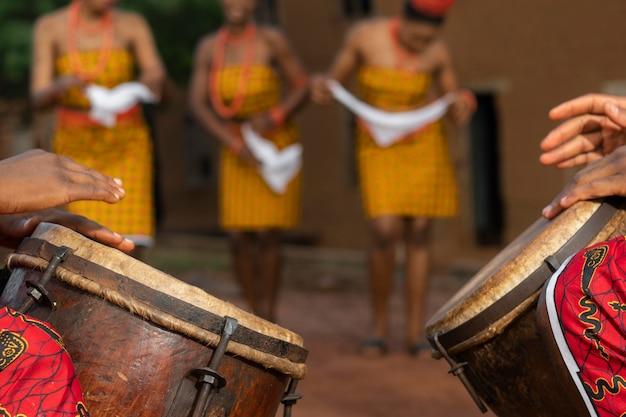 Zamknij lokalną kulturę z nigeryjskimi tancerzami
