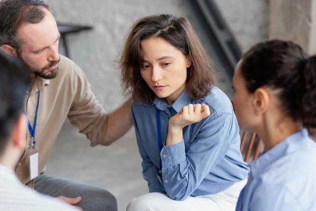 Zamknij ludzi rozmawiających w terapii