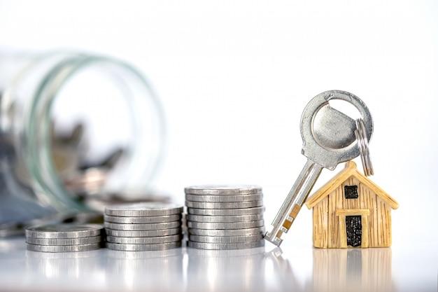 Zamknij miejsce modelu domu na układanie monet pieniędzy