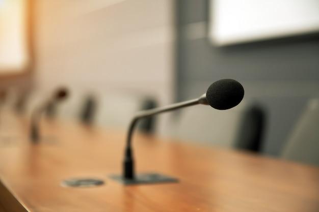 Zamknij mikrofon konferencyjny na stole konferencyjnym.