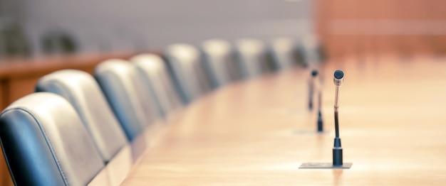 Zamknij mikrofon konferencyjny w sali posiedzeń zarządu.