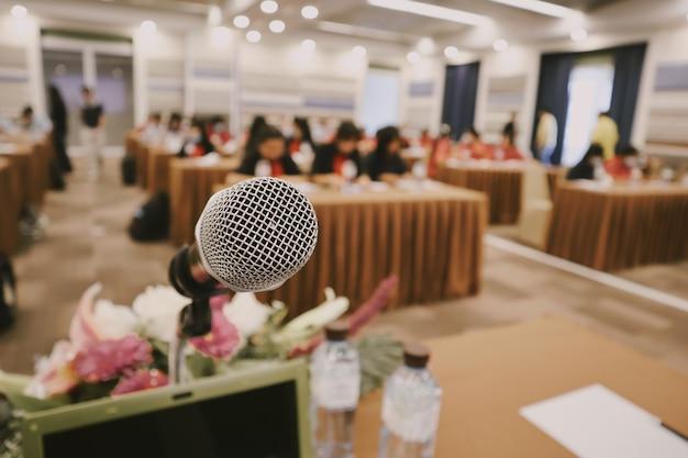 Zamknij mikrofon w sali konferencyjnej