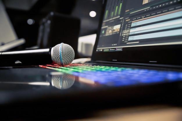 Zamknij mikrofon w studio.