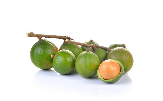 Zamknij na surowe orzechy makadamia izolowane