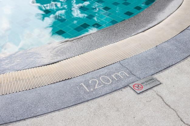 Zamknij nie ma znak nurkowania po stronie basenu