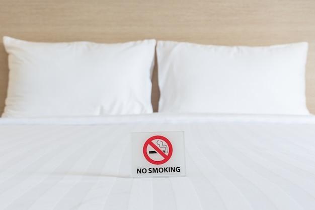 Zamknij nie palenie zarejestruj się na łóżku w pokoju hotelowym
