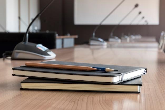 Zamknij ołówek i notatnik na stole w sali konferencyjnej