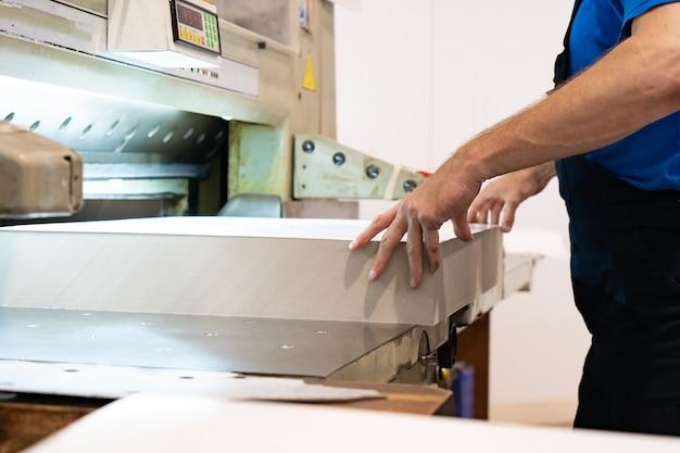 Zamknij palec ręki inżyniera naciśnij przycisk sterujący maszyną cnc
